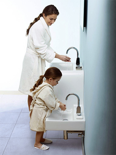 Мама и дочка умываются в умывальнике